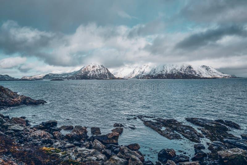Fiorde e montanhas noruegueses no inverno Consoles de Lofoten, Noruega fotos de stock