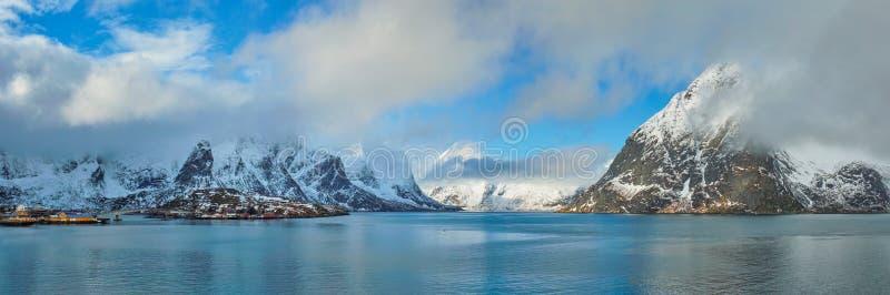 Fiorde e montanhas noruegueses no inverno Consoles de Lofoten, Noruega imagens de stock