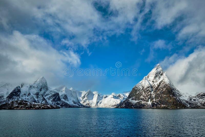 Fiorde e montanhas noruegueses no inverno Consoles de Lofoten, Noruega imagem de stock