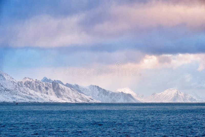 Fiorde em Noruega no nascer do sol fotografia de stock