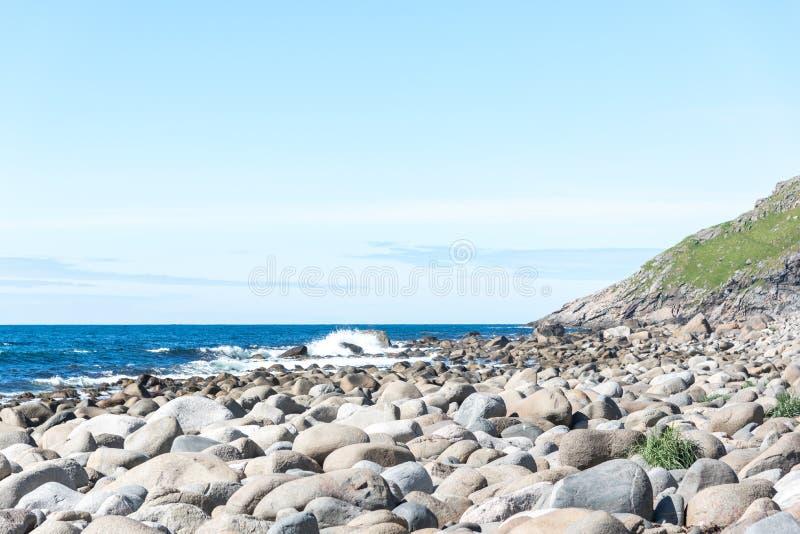Fiordi della Norvegia Lofoten - pietre sulla costa dell'oceano fotografia stock