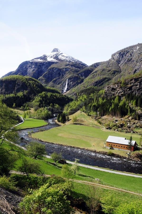 Fiordi montagna e valle del fiume e della cascata @ fotografia stock libera da diritti