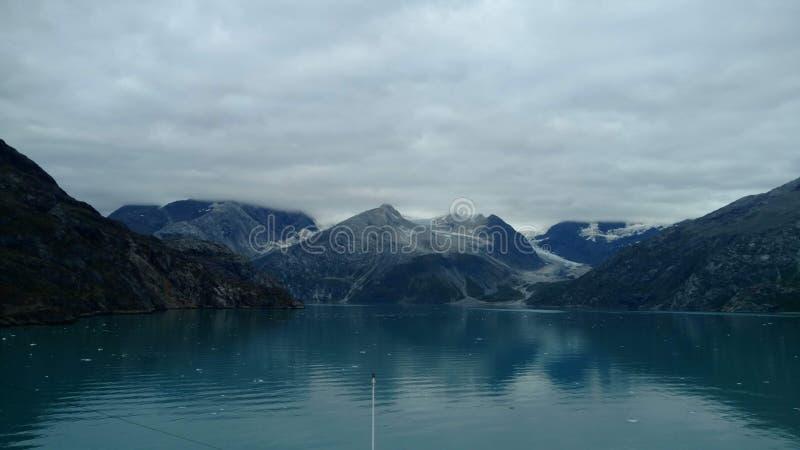 Fiordo Alaska de la universidad del glaciar de Harvard Glaciar grande que resbala dentro del Océano Pacífico en Alaska fotografía de archivo