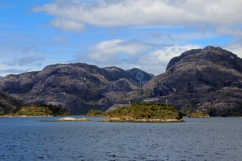 Fiordo bello con le montagne nel parco nazionale di Higgins del ` di Bernardo O, Cile immagini stock