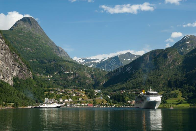 Fiordo de Geiranger con el barco de cruceros, visión desde el fiordo, Noruega fotos de archivo