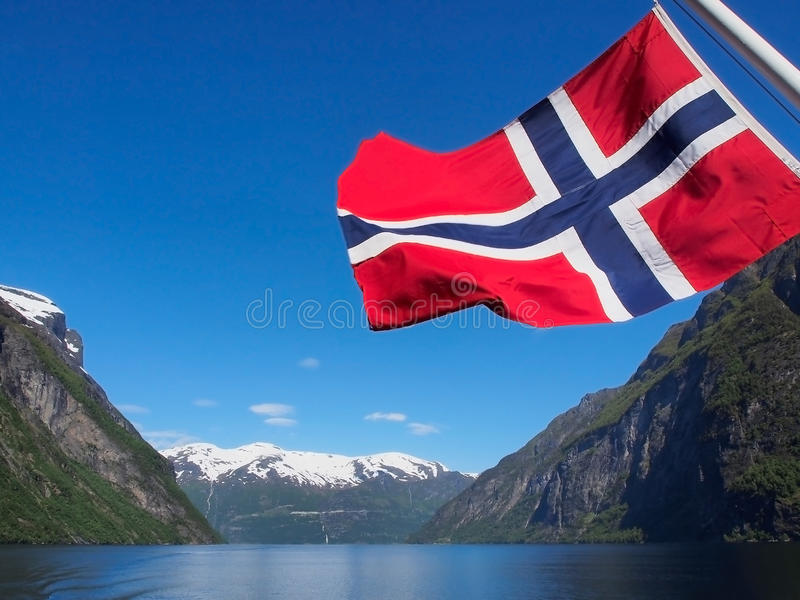Fiordo de Geiranger con la bandera de Noruega imagen de archivo