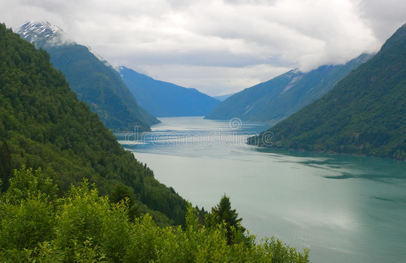 Fiordo de Noruega escénico fotos de archivo