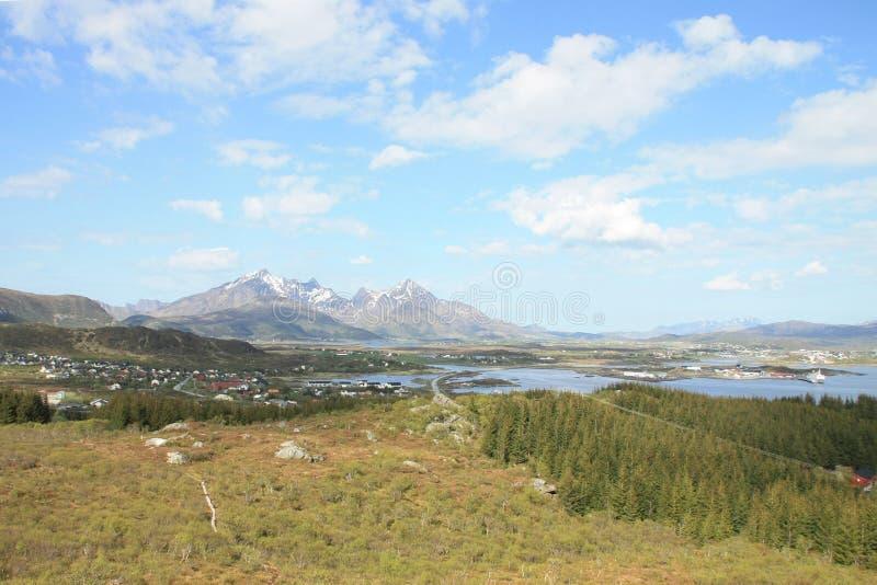 Fiordo di Busknes ed il villaggio di Gravdal fotografia stock libera da diritti