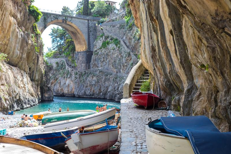 Fiordo di Furore海滩 狂怒海湾阿马尔菲海岸波西塔诺那不勒斯,意大利 库存图片