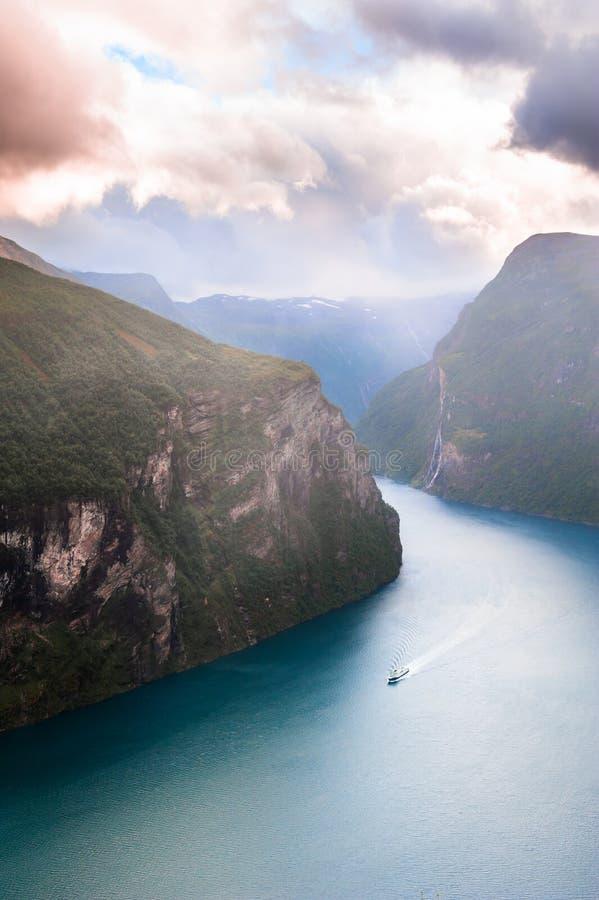 Fiordo di Geiranger in Norvegia al tramonto fotografie stock libere da diritti