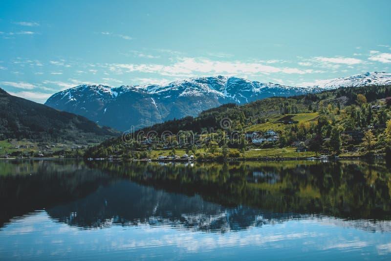 Fiordo e città norvegesi della montagna fotografie stock libere da diritti