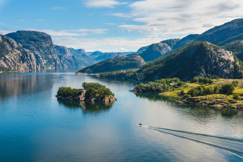 Fiordo e montagne norvegesi di estate Lysefjord, Norvegia immagini stock