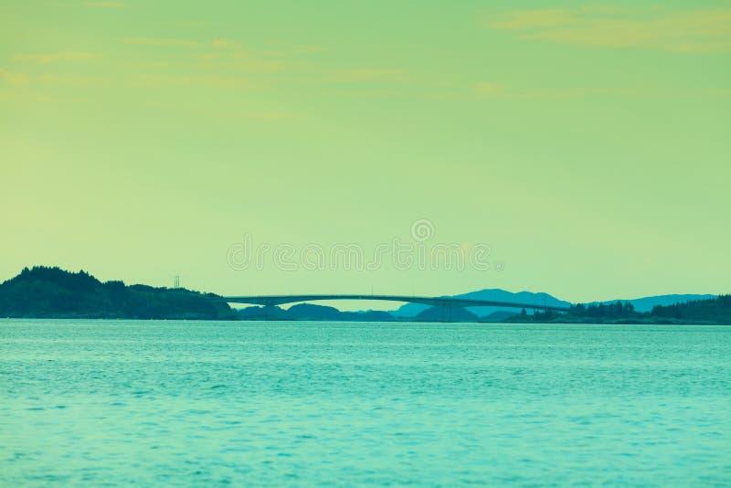 Fiordo e ponte sospeso a Bergen, Norvegia immagine stock libera da diritti