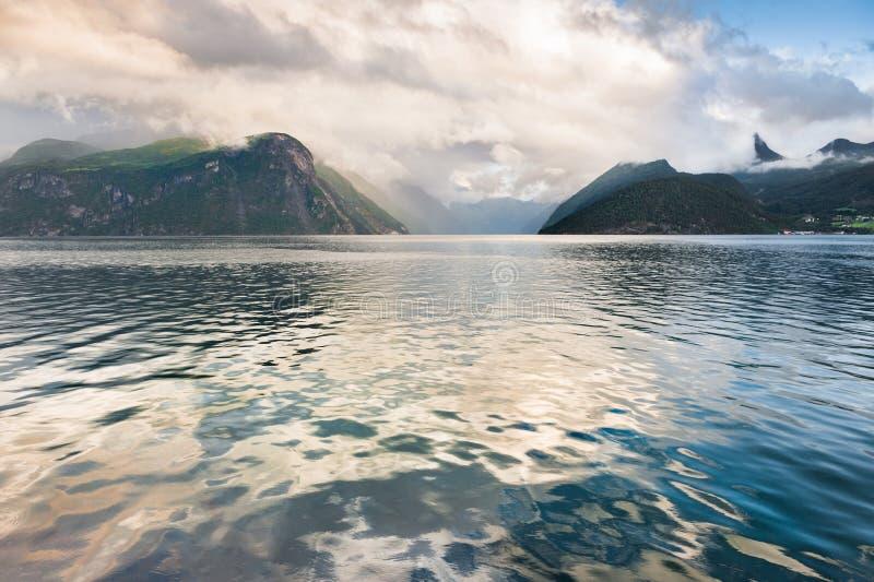 Fiordo en Noruega en la puesta del sol imagen de archivo