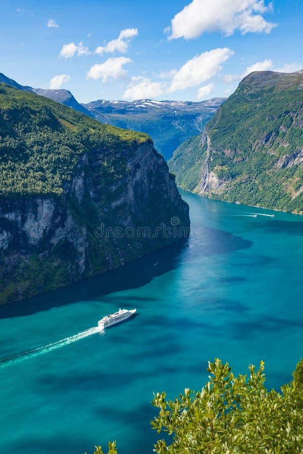 Fiordo Geirangerfjord con el barco de cruceros, Noruega imagenes de archivo
