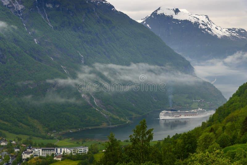 Fiordo Noruega de Geiranger con el barco de cruceros foto de archivo libre de regalías