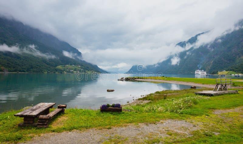 Fiordo nuvoloso di Lustrafjorden di estate fotografie stock