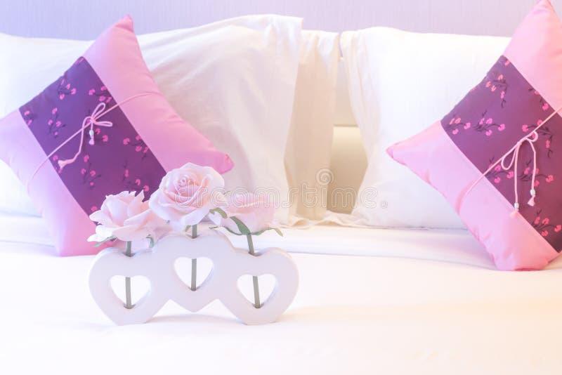 Fiore artificiale della rosa di rosa in vaso di forma del cuore fotografia stock libera da diritti