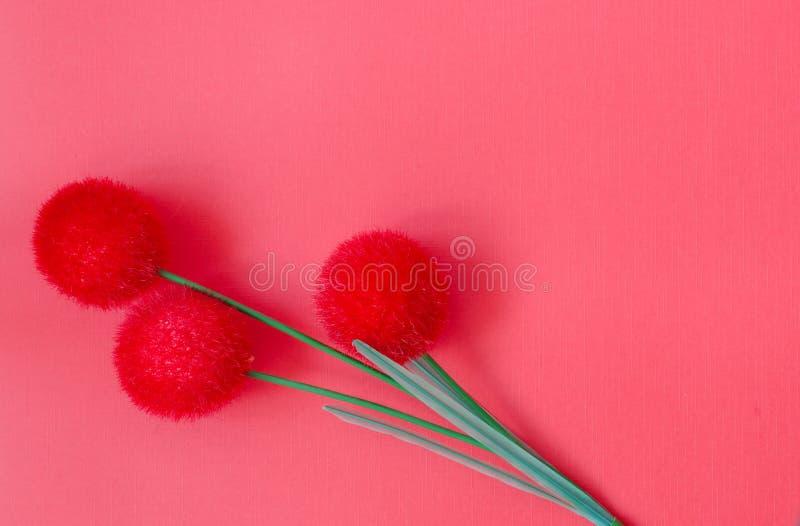 Fiore artificiale rosso tre su fondo rosso Spazio per testo immagine stock libera da diritti