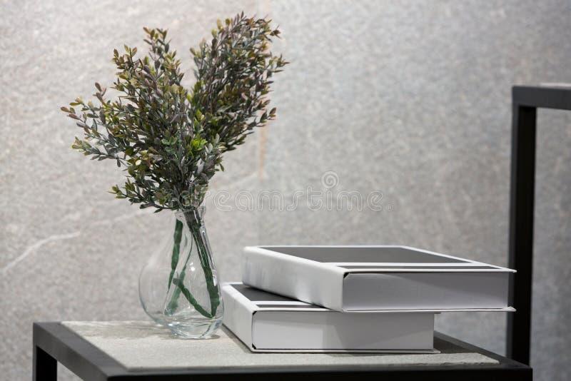 Fiore decorato della plastica del mazzo immagini stock libere da diritti