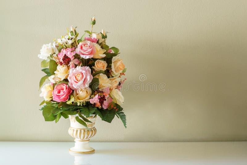 Fiore del mazzo nel vaso fotografia stock libera da diritti