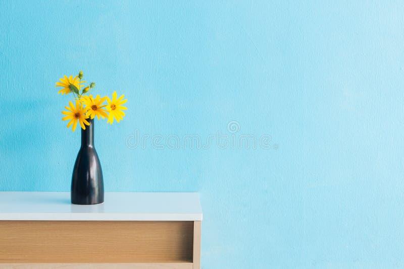 Fiore del topinambur in vaso su interior design della tavola fotografia stock