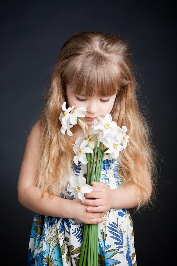 Fiore della holding della bambina fotografia stock