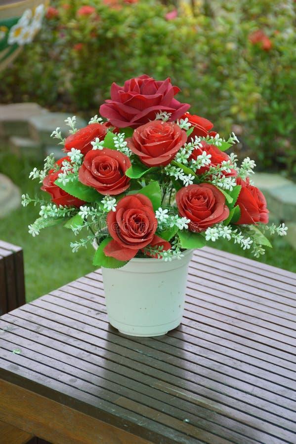 Fiore della plastica della rosa rossa fotografia stock