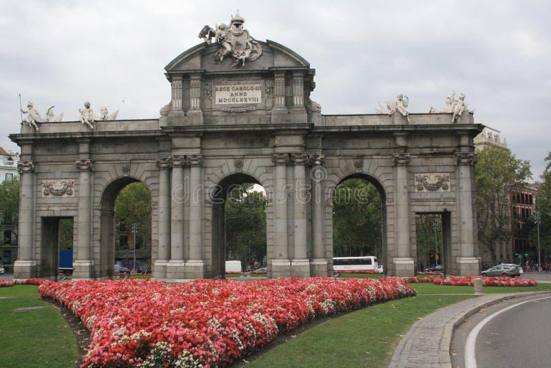 Fiore di Madrid e porta di Alcala fotografia stock