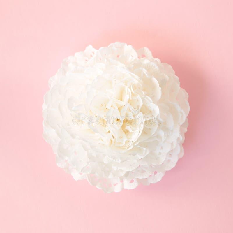 Fiore di origami su fondo rosa fotografia stock