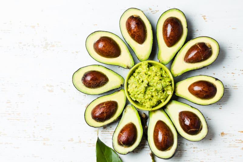 Fiore fatto dalla ciotola del guacamole e dell'avocado fotografie stock libere da diritti
