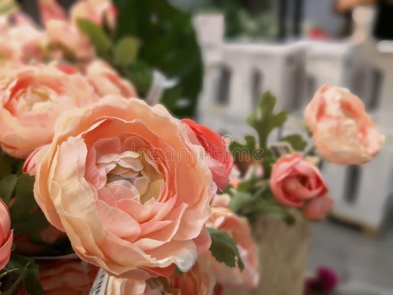Fiore rosa arancio artificiale in piccolo mazzo immagini stock libere da diritti