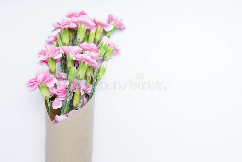Fiore rosa dei garofani del mazzo per su bianco fotografia stock libera da diritti