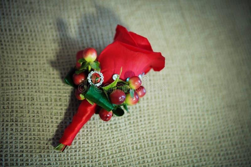 Fiore rosso dell'occhiello fotografia stock