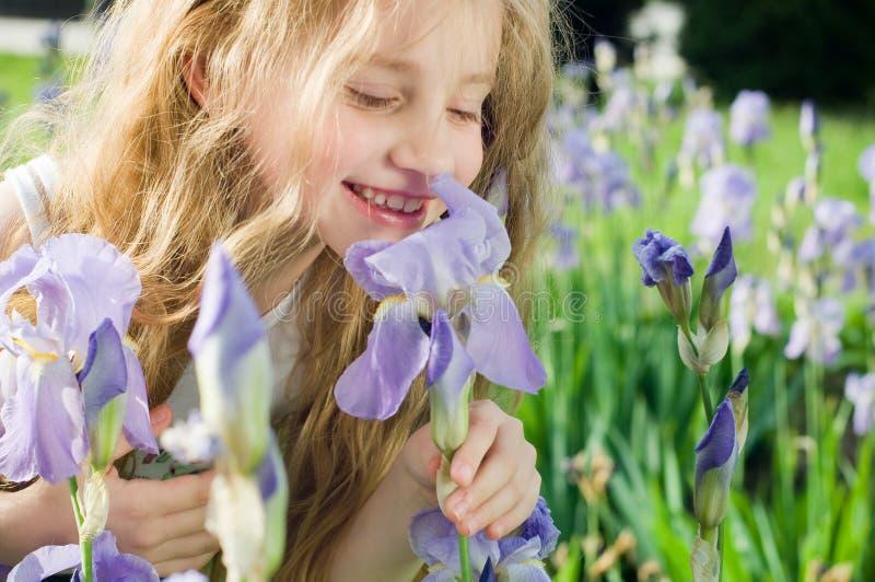 Fiore sentente l'odore della bambina immagini stock libere da diritti