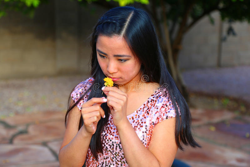 Fiore sentente l'odore della ragazza fotografia stock