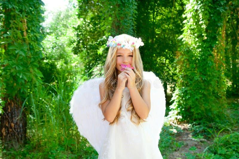 Fiore sentente l'odore di colori rosa della ragazza dei bambini di angelo immagini stock