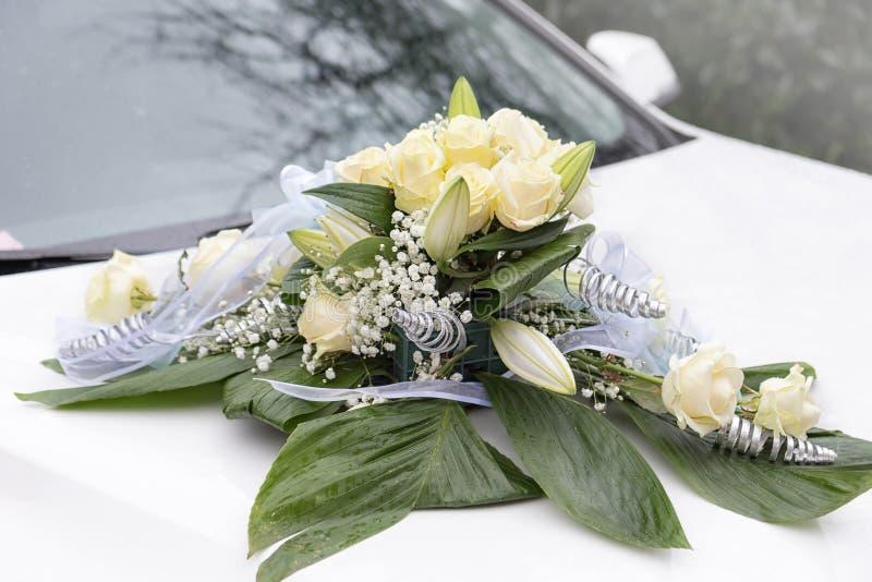 Fiore sull'automobile di nozze immagine stock libera da diritti
