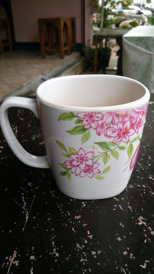 Fiore sulla tazza fotografie stock libere da diritti