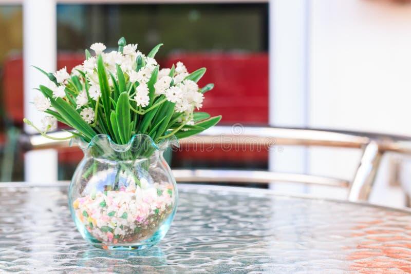 Fiore in vaso sulla tavola immagine stock libera da diritti