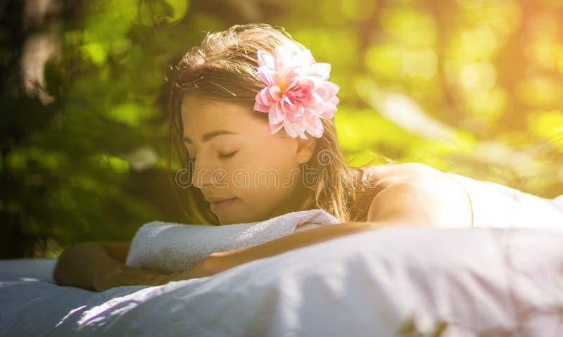 Fiore in vostri capelli e godere di fotografia stock libera da diritti