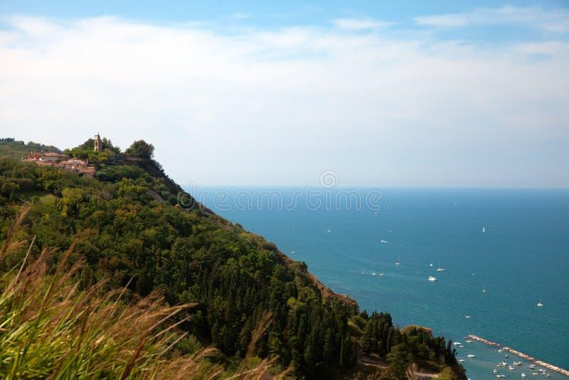 Fiorenzuola van Focara-mening van de panoramische weg stock afbeelding