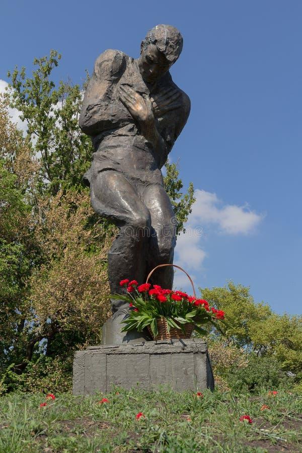 Fiori al monumento ai soldati sconosciuti Kiev, Ucraina immagine stock