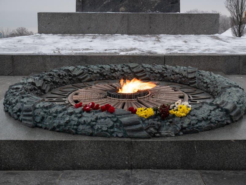 Fiori al monumento eterno della fiamma della seconda guerra mondiale fotografia stock