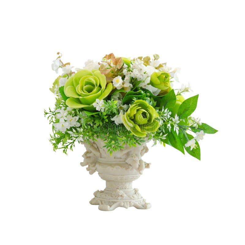 Fiori artificiali bianchi e verdi in vaso bianco isolato fotografie stock libere da diritti