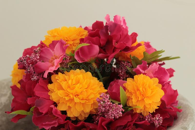 Fiori artificiali in un bello vaso fotografia stock libera da diritti