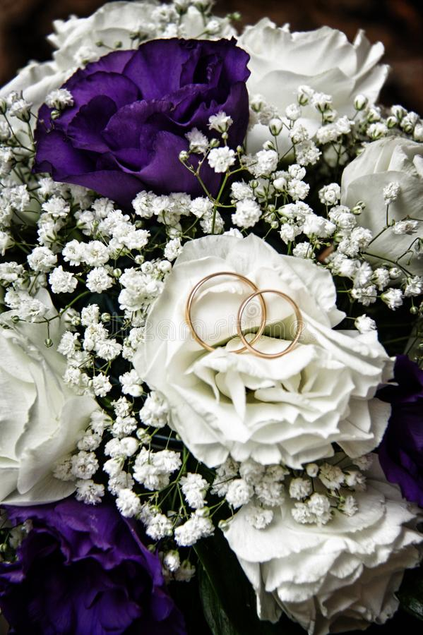 Fiori bianchi di nozze e nozze immagine stock