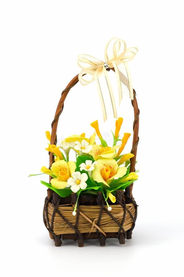 Fiori bianchi e gialli nel canestro di vimini immagine stock