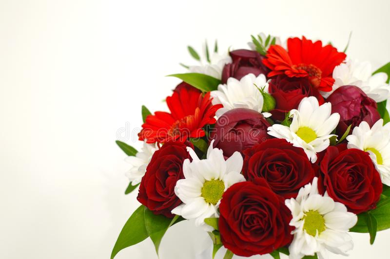 Fiori bianchi e rossi su un fondo rosa con lo spazio della copia fotografie stock