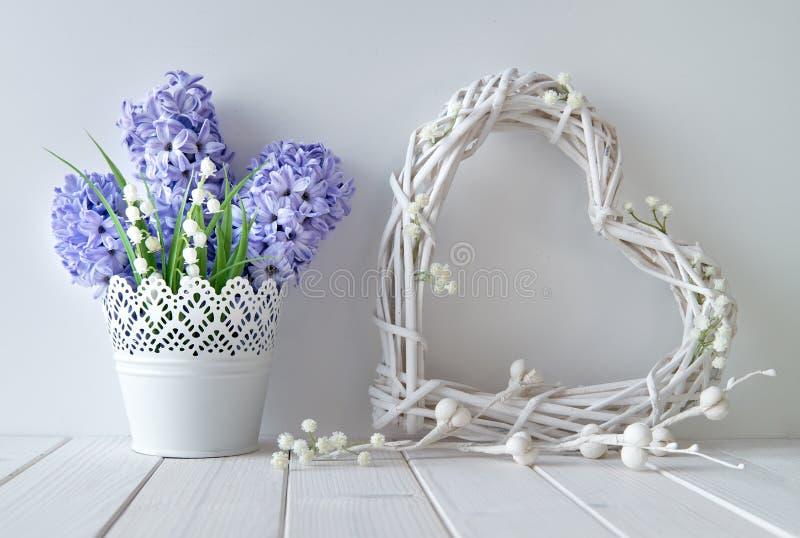 Fiori blu del mughetto e del giacinto con un wattl bianco fotografia stock